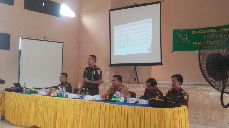 Kasi Intelijen Kejari Ogan Komering Ulu OKU Abu Nawas SH, saat memberikan Materi Tentang Hukum di gedung Serbaguna Kecamatan Lengkiti Kab.OKU