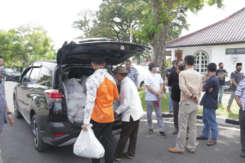 Saat mempersiapkan untuk membagikan paket Sembako Kepada Masyarakat kurang mampu dan berpenghasilan sangat rendah yang berdampak covid -19