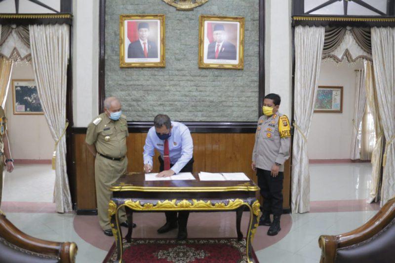 Kepala Kejaksaan Negeri OKU Bayu Pramesti SH., saat menandatangani MOU Kesepakatan Bersama