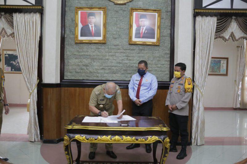 Bupati Ogan Komering ulu (OKU) Drs.H.Kuryana Azis., saat menandatangani MOU Kesepakatan Bersama