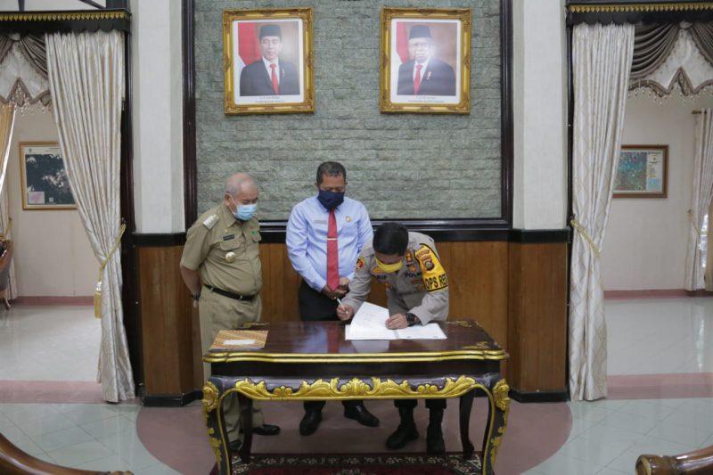 Kapolres OKU, AKBP Arif Hidayat Ritonga, S.I.K, MH., saat menandatangani MOU Kesepakatan Bersama