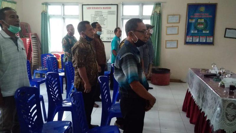 Sekretaris Lurah Sukaraya Junaidi SE., saat menyerahkan SK beberapa ketua RT